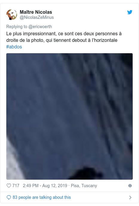 Twitter post by @NicolasZeMinus: Le plus impressionnant, ce sont ces deux personnes à droite de la photo, qui tiennent debout à l'horizontale #abdos