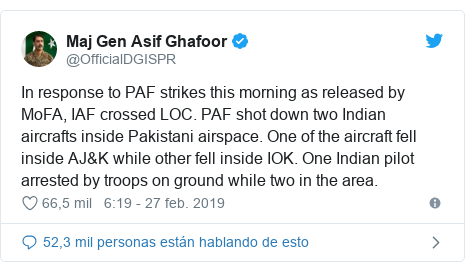 Publicación de Twitter por @OfficialDGISPR: In response to PAF strikes this morning as released by MoFA, IAF crossed LOC. PAF shot down two Indian aircrafts inside Pakistani airspace. One of the aircraft fell inside AJ&K while other fell inside IOK. One Indian pilot arrested by troops on ground while two in the area.