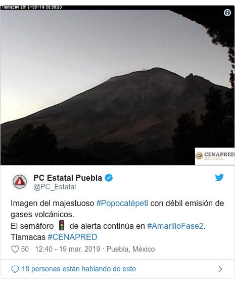 Publicación de Twitter por @PC_Estatal: Imagen del majestuoso #Popocatépetl con débil emisión de gases volcánicos. El semáforo 🚦 de alerta continúa en #AmarilloFase2. Tlamacas #CENAPRED