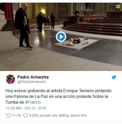 Twitter post by @PedroArmestre: Hoy estuve grabando al artista Enrique Terneiro pintando una Paloma de La Paz en una acción protesta Sobre la Tumba de #Franco