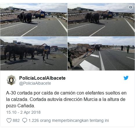 Twitter pesan oleh @PoliciaAlbacete: A-30 cortada por caída de camión con elefantes sueltos en la calzada. Cortada autovía dirección Murcia a la altura de pozo Cañada.