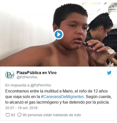 Publicación de Twitter por @PzPenVivo: Encontramos entre la multitud a Mario, el niño de 12 años que viaja solo en la #CaravanaDeMigrantes. Según cuenta, lo alcanzó el gas lacrimógeno y fue detenido por la policía.