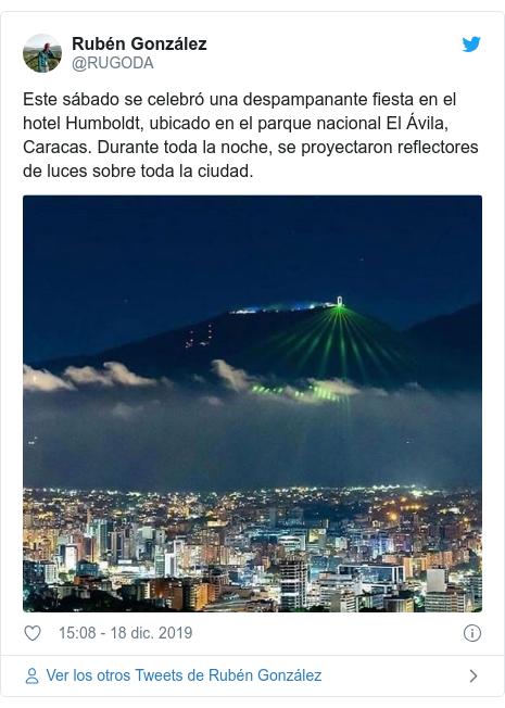 Publicación de Twitter por @RUGODA: Este sábado se celebró una despampanante fiesta en el hotel Humboldt, ubicado en el parque nacional El Ávila, Caracas. Durante toda la noche, se proyectaron reflectores de luces sobre toda la ciudad.