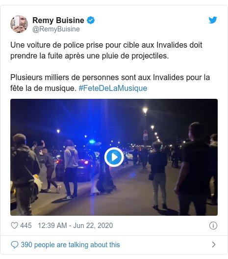 Twitter post by @RemyBuisine: Une voiture de police prise pour cible aux Invalides doit prendre la fuite après une pluie de projectiles. Plusieurs milliers de personnes sont aux Invalides pour la fête la de musique. #FeteDeLaMusique