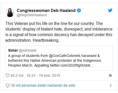 Publicación de Twitter por @RepDebHaaland: This Veteran put his life on the line for our country. The students' display of blatant hate, disrespect, and intolerance is a signal of how common decency has decayed under this administration. Heartbreaking.
