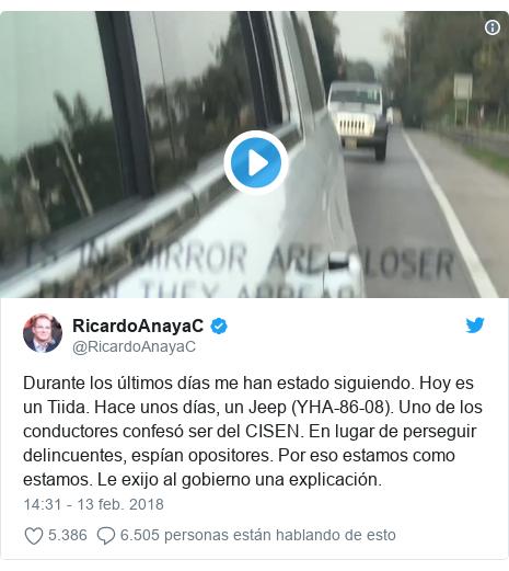Publicación de Twitter por @RicardoAnayaC: Durante los últimos días me han estado siguiendo. Hoy es un Tiida. Hace unos días, un Jeep (YHA-86-08). Uno de los conductores confesó ser del CISEN. En lugar de perseguir delincuentes, espían opositores. Por eso estamos como estamos. Le exijo al gobierno una explicación.