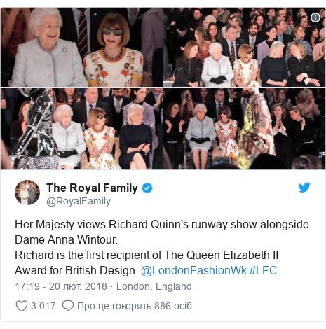 Twitter допис, автор: @RoyalFamily: Her Majesty views Richard Quinn's runway show alongside Dame Anna Wintour. Richard is the first recipient of The Queen Elizabeth II Award for British Design. @LondonFashionWk #LFC