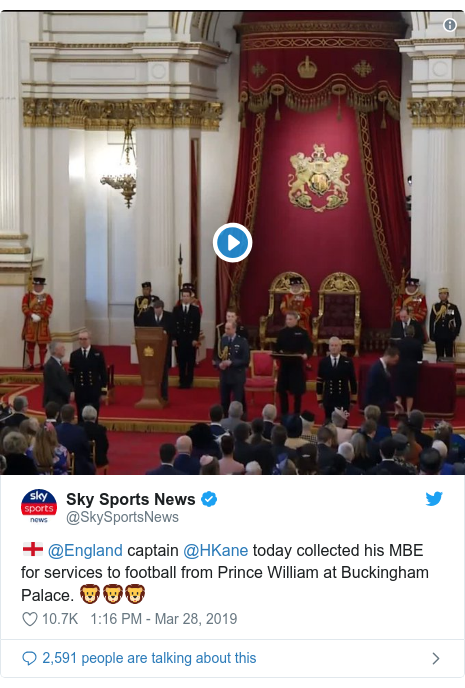 Twitter post by @SkySportsNews: 🏴󠁧󠁢󠁥󠁮󠁧󠁿 @England captain @HKane today collected his MBE for services to football from Prince William at Buckingham Palace. 🦁🦁🦁
