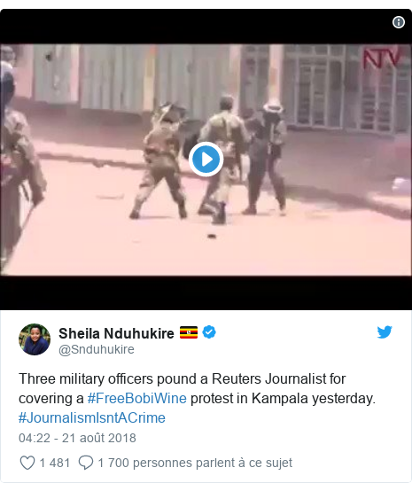 Twitter publication par @Snduhukire: Three military officers pound a Reuters Journalist for covering a #FreeBobiWine protest in Kampala yesterday. #JournalismIsntACrime