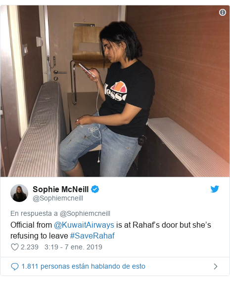 Publicación de Twitter por @Sophiemcneill: Official from @KuwaitAirways is at Rahaf's door but she's refusing to leave #SaveRahaf