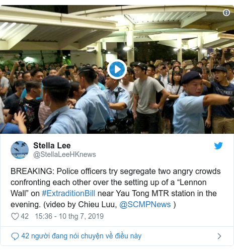 "Twitter bởi @StellaLeeHKnews: BREAKING  Police officers try segregate two angry crowds confronting each other over the setting up of a ""Lennon Wall"" on #ExtraditionBill near Yau Tong MTR station in the evening. (video by Chieu Luu, @SCMPNews )"