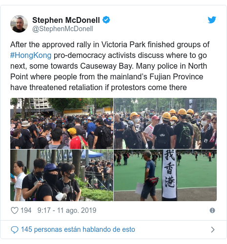 Publicación de Twitter por @StephenMcDonell: After the approved rally in Victoria Park finished groups of #HongKong pro-democracy activists discuss where to go next, some towards Causeway Bay. Many police in North Point where people from the mainland's Fujian Province have threatened retaliation if protestors come there