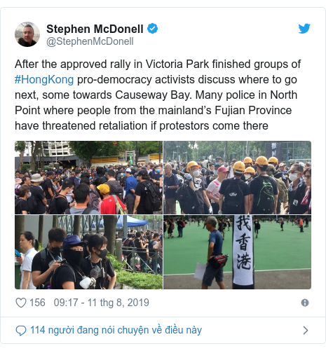 Twitter bởi @StephenMcDonell: After the approved rally in Victoria Park finished groups of #HongKong pro-democracy activists discuss where to go next, some towards Causeway Bay. Many police in North Point where people from the mainland's Fujian Province have threatened retaliation if protestors come there