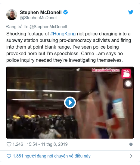 Twitter bởi @StephenMcDonell: Shocking footage of #HongKong riot police charging into a subway station pursuing pro-democracy activists and firing into them at point blank range. I've seen police being provoked here but I'm speechless. Carrie Lam says no police inquiry needed they're investigating themselves.
