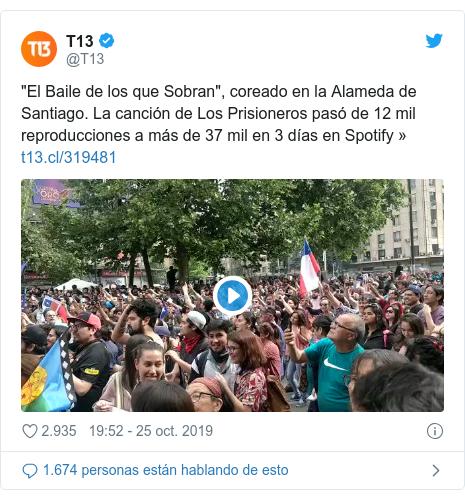 """Publicación de Twitter por @T13: """"El Baile de los que Sobran"""", coreado en la Alameda de Santiago. La canción de Los Prisioneros pasó de 12 mil reproducciones a más de 37 mil en 3 días en Spotify »"""