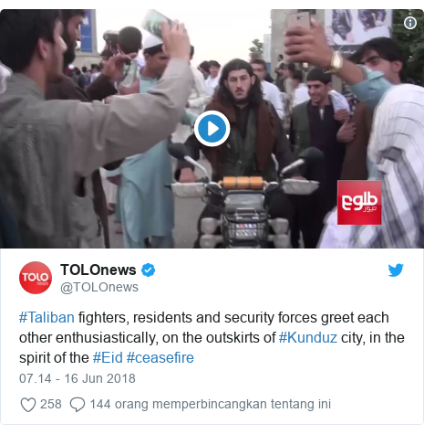 Twitter pesan oleh @TOLOnews: #Taliban fighters, residents and security forces greet each other enthusiastically, on the outskirts of #Kunduz city, in the spirit of the #Eid #ceasefire