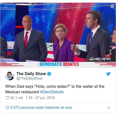 """Publicación de Twitter por @TheDailyShow: When Dad says """"Hola, como estas?"""" to the waiter at the Mexican restaurant #DemDebate"""