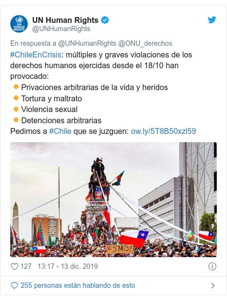 Publicación de Twitter por @UNHumanRights: #ChileEnCrisis  múltiples y graves violaciones de los derechos humanos ejercidas desde el 18/10 han provocado 🔸Privaciones arbitrarias de la vida y heridos🔸Tortura y maltrato🔸Violencia sexual🔸Detenciones arbitrariasPedimos a #Chile que se juzguen
