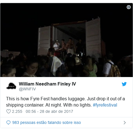 Twitter post de @WNFIV: This is how Fyre Fest handles luggage. Just drop it out of a shipping container. At night. With no lights. #fyrefestival