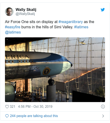 Twitter post by @WallySkalij: Air Force One sits on display at #reaganlibrary as the #easyfire burns in the hills of Simi Valley. #latimes @latimes