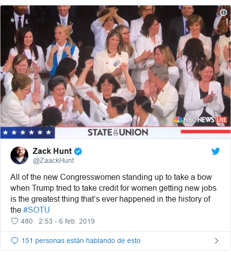 Publicación de Twitter por @ZaackHunt: All of the new Congresswomen standing up to take a bow when Trump tried to take credit for women getting new jobs is the greatest thing that's ever happened in the history of the #SOTU