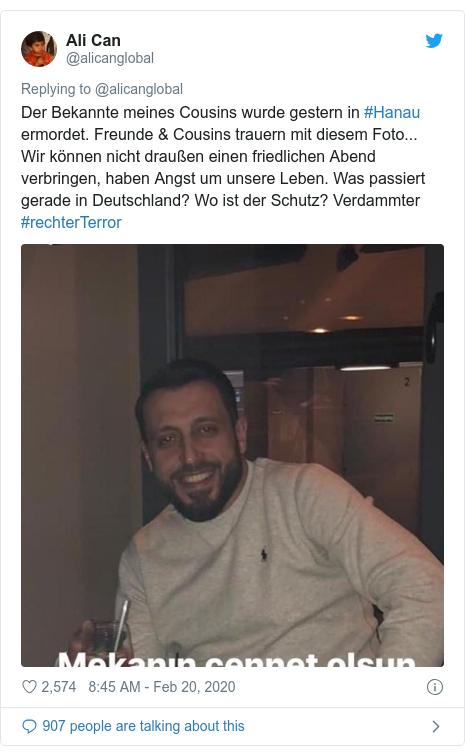 Twitter post by @alicanglobal: Der Bekannte meines Cousins wurde gestern in #Hanau ermordet. Freunde & Cousins trauern mit diesem Foto... Wir können nicht draußen einen friedlichen Abend verbringen, haben Angst um unsere Leben. Was passiert gerade in Deutschland? Wo ist der Schutz? Verdammter #rechterTerror