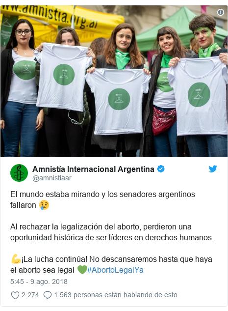 Publicación de Twitter por @amnistiaar: El mundo estaba mirando y los senadores argentinos fallaron 😢Al rechazar la legalización del aborto, perdieron una oportunidad histórica de ser líderes en derechos humanos. 💪¡La lucha continúa! No descansaremos hasta que haya el aborto sea legal 💚#AbortoLegalYa