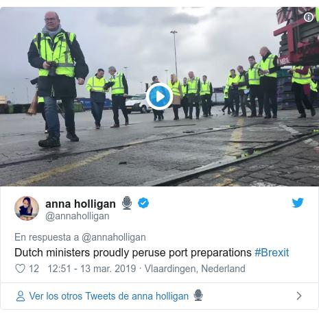Publicación de Twitter por @annaholligan: Dutch ministers proudly peruse port preparations #Brexit