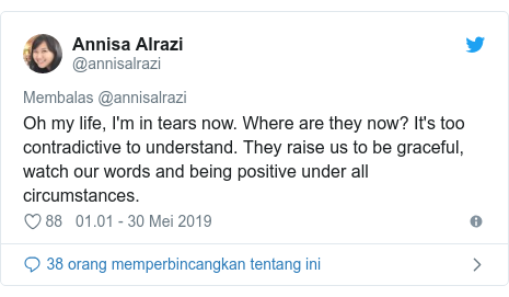 Twitter pesan oleh @annisalrazi: Oh my life, I'm in tears now. Where are they now? It's too contradictive to understand. They raise us to be graceful, watch our words and being positive under all circumstances.