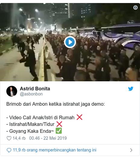 Twitter pesan oleh @asbonbon: Brimob dari Ambon ketika istirahat jaga demo - Video Call Anak/Istri di Rumah ❌- Istirahat/Makan/Tidur ❌- Goyang Kaka Enda~ ✅