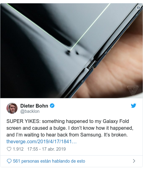 Publicación de Twitter por @backlon: SUPER YIKES  something happened to my Galaxy Fold screen and caused a bulge. I don't know how it happened, and I'm waiting to hear back from Samsung. It's broken.