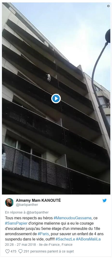 Twitter publication par @barbpanther: Tous mes respects au héros #MamoudouGassama, ce #SansPapier d'origine malienne qui a eu le courage d'escalader jusqu'au 5eme étage d'un immeuble du 18e arrondissement de #Paris, pour sauver un enfant de 4 ans suspendu dans le vide, ouf!!!! #SachezLe #ABoraMaliLa