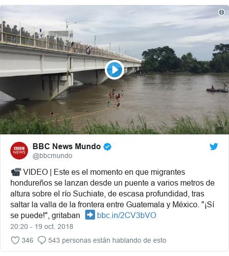"""Publicación de Twitter por @bbcmundo: 📹 VIDEO   Este es el momento en que migrantes hondureños se lanzan desde un puente a varios metros de altura sobre el río Suchiate, de escasa profundidad, tras saltar la valla de la frontera entre Guatemala y México. """"¡Sí se puede!"""", gritaban  ➡"""