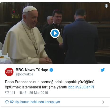 @bbcturkce tarafından yapılan Twitter paylaşımı: Papa Francesco'nun parmağındaki papalık yüzüğünü öptürmek istememesi tartışma yarattı