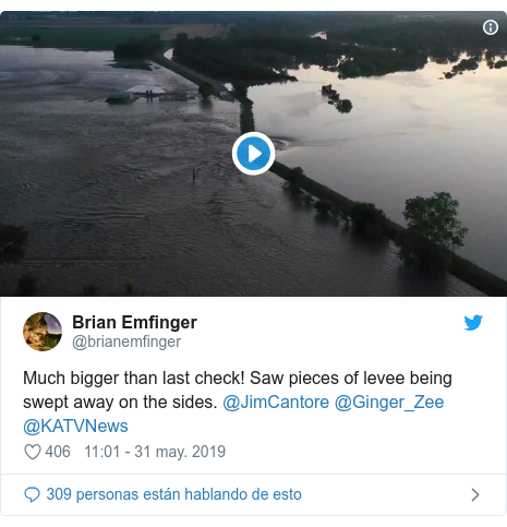 Publicación de Twitter por @brianemfinger: Much bigger than last check! Saw pieces of levee being swept away on the sides. @JimCantore @Ginger_Zee @KATVNews