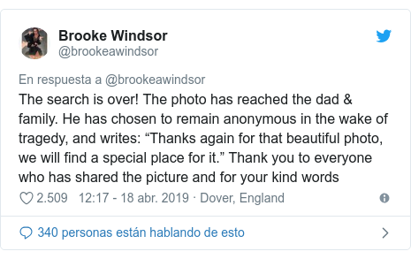 """Publicación de Twitter por @brookeawindsor: The search is over! The photo has reached the dad & family. He has chosen to remain anonymous in the wake of tragedy, and writes  """"Thanks again for that beautiful photo, we will find a special place for it."""" Thank you to everyone who has shared the picture and for your kind words"""