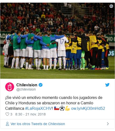 Publicación de Twitter por @chilevision: ¡Se vivió un emotivo momento cuando los jugadores de Chile y Honduras se abrazaron en honor a Camilo Catrillanca #LaRojaXCHV! 🇨🇱⚽💪