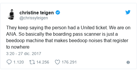 Publicación de Twitter por @chrissyteigen: They keep saying the person had a United ticket. We are on ANA. So basically the boarding pass scanner is just a beedoop machine that makes beedoop noises that register to nowhere