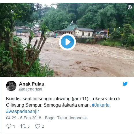 Twitter pesan oleh @daengrizal: Kondisi saat ini sungai ciliwung (jam 11). Lokasi vidio di Ciliwung Sempur. Semoga Jakarta aman. #Jakarta #waspadabanjir