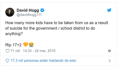 Publicación de Twitter por @davidhogg111: How many more kids have to be taken from us as a result of suicide for the government / school district to do anything? Rip 17+2 🧡😭