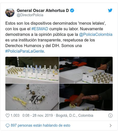 Publicación de Twitter por @DirectorPolicia: Estos son los dispositivos denominados 'menos letales', con los que el #ESMAD cumple su labor. Nuevamente demostramos a la opinión pública que la @PoliciaColombia es una institución transparente, respetuosa de los Derechos Humanos y del DIH. Somos una #PolicíaParaLaGente.