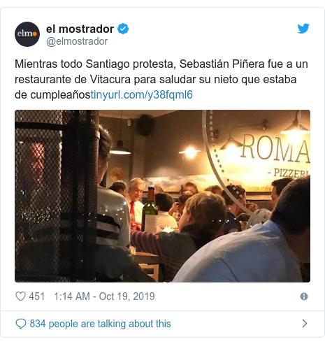 Twitter post by @elmostrador: Mientras todo Santiago protesta, Sebastián Piñera fue a un restaurante de Vitacura para saludar su nieto que estaba de cumpleaños