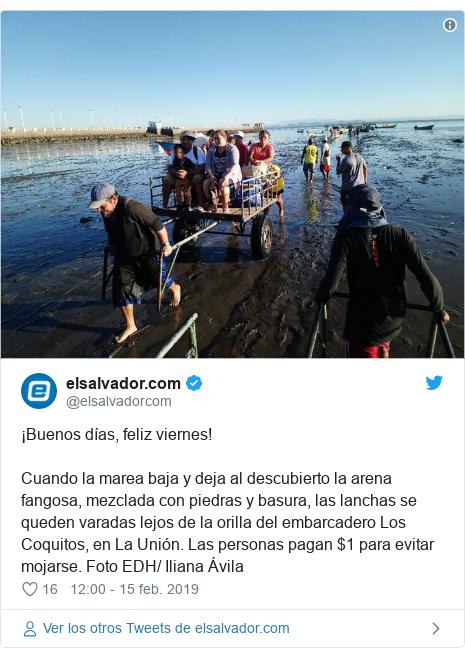 Publicación de Twitter por @elsalvadorcom: ¡Buenos días, feliz viernes!Cuando la marea baja y deja al descubierto la arena fangosa, mezclada con piedras y basura, las lanchas se queden varadas lejos de la orilla del embarcadero Los Coquitos, en La Unión. Las personas pagan $1 para evitar mojarse. Foto EDH/ Iliana Ávila