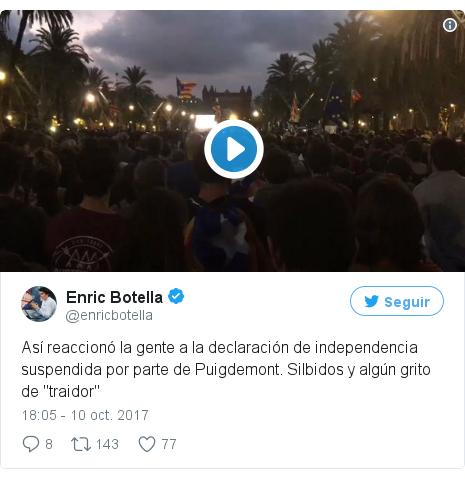 """Publicación de Twitter por @enricbotella: Así reaccionó la gente a la declaración de independencia suspendida por parte de Puigdemont. Silbidos y algún grito de """"traidor"""" pic.twitter.com/fzqN7aoi8e"""