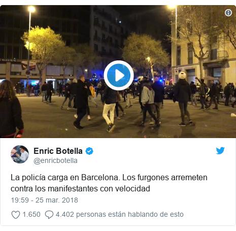 Publicación de Twitter por @enricbotella: La policía carga en Barcelona. Los furgones arremeten contra los manifestantes con velocidad