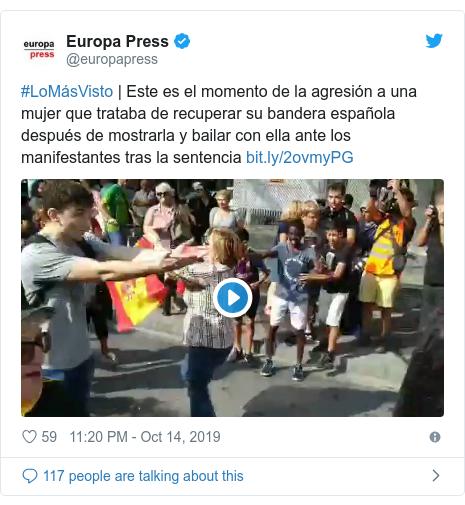 Twitter post by @europapress: #LoMásVisto | Este es el momento de la agresión a una mujer que trataba de recuperar su bandera española después de mostrarla y bailar con ella ante los manifestantes tras la sentencia