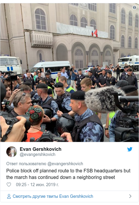 Twitter пост, автор: @evangershkovich: Police block off planned route to the FSB headquarters but the march has continued down a neighboring street