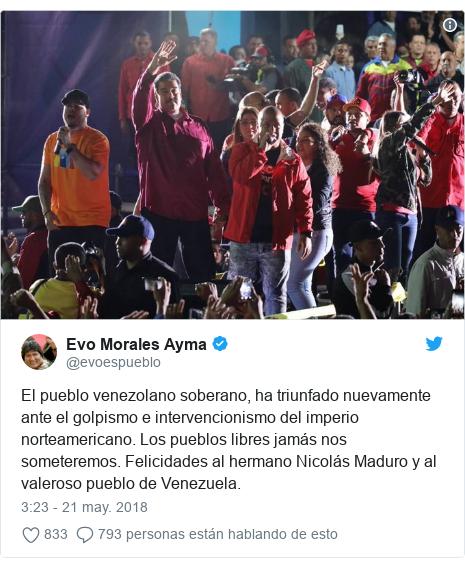 Publicación de Twitter por @evoespueblo: El pueblo venezolano soberano, ha triunfado nuevamente ante el golpismo e intervencionismo del imperio norteamericano. Los pueblos libres jamás nos someteremos. Felicidades al hermano Nicolás Maduro y al valeroso pueblo de Venezuela.