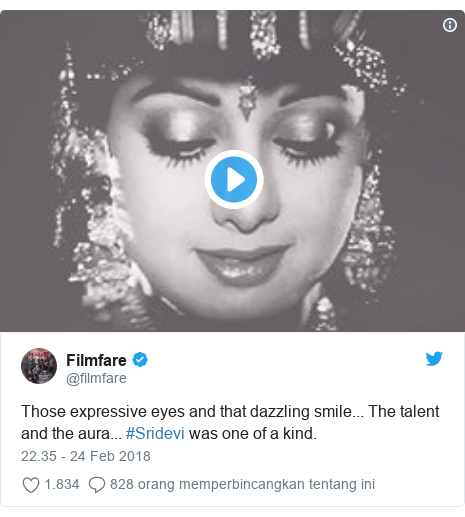 Twitter pesan oleh @filmfare: Those expressive eyes and that dazzling smile... The talent and the aura... #Sridevi was one of a kind.