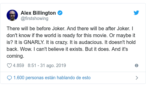 Publicación de Twitter por @firstshowing: There will be before Joker. And there will be after Joker. I don't know if the world is ready for this movie. Or maybe it is? It is GNARLY. It is crazy. It is audacious. It doesn't hold back. Wow. I can't believe it exists. But it does. And it's coming.